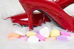 Rode schoenen met Valentine-hartsuikergoed Stock Fotografie
