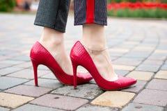 Rode schoenen op de bestrating stock afbeelding