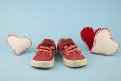 Rode schoenen voor meisje Stock Foto's