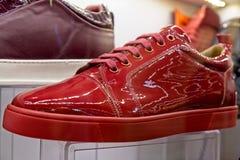 Rode schoenen voor verkoop in de Grote Bazaar in Istanboel Royalty-vrije Stock Foto's