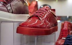 Rode schoenen voor verkoop in de Grote Bazaar in Istanboel Royalty-vrije Stock Foto