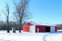 Rode schuur in de winter royalty-vrije stock fotografie