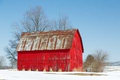 Rode Schuur en Sneeuw Royalty-vrije Stock Afbeeldingen