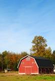 Rode Schuur in het land stock afbeeldingen