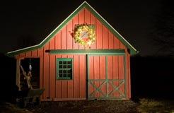Rode schuur met de kroon van Kerstmis Royalty-vrije Stock Foto's