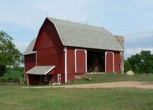 Rode Schuur met Silo in Midwesten Stock Afbeeldingen