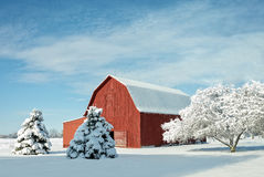 Rode Schuur met Sneeuw royalty-vrije stock afbeeldingen