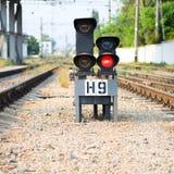 Rode seinpaal op spoorweg stock afbeeldingen