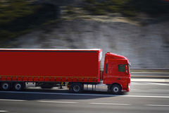 Rode Semi Vrachtwagen Stock Afbeeldingen
