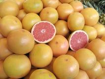 Rode Sinaasappelen bij landbouwersmarkt Stock Foto's