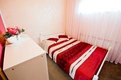 Rode slaapkamer stock foto