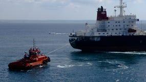 Rode Sleepboot die een Schip trekken Royalty-vrije Stock Foto's