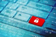 Rode sleutel met het gesloten symbool van het hangslotpictogram op blauw digitaal laptop toetsenbord royalty-vrije stock afbeeldingen