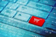 Rode sleutel met het symbool van het Boodschappenwagentjepictogram op blauw digitaal laptop toetsenbord stock foto