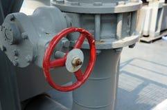 Rode Sluitklep met grijs Pijpleidingssysteem stock fotografie