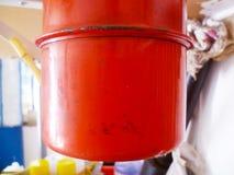 Rode smeerolieautomaat in de garage royalty-vrije stock afbeelding