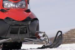 Rode sneeuwscooter in de winterbergen royalty-vrije stock fotografie