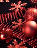 Rode sneeuwvlokken en slingers Stock Fotografie