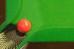 Rode snookerbal dichtbij zak royalty-vrije stock foto