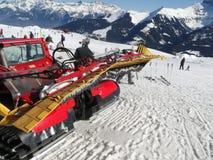 Rode snowcat wacht om de sneeuw te verzorgen Royalty-vrije Stock Foto's