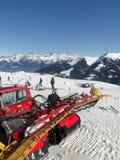 Rode snowcat wacht om de sneeuw te verzorgen Royalty-vrije Stock Foto