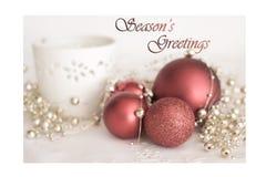 Rode snuisterijen in de scène van Kerstmis Stock Foto