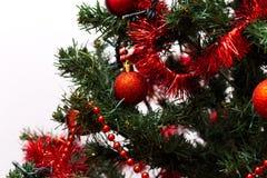 Rode snuisterijen op een Kerstboom Stock Afbeeldingen