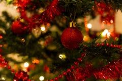 Rode snuisterijen op een Kerstboom Royalty-vrije Stock Afbeelding