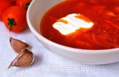 Rode soep en tomaten dichtbij aan het Royalty-vrije Stock Foto's