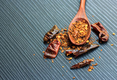 Rode Spaanse peper droge peper en houten lepel op zwart hout Royalty-vrije Stock Afbeelding