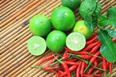 Rode Spaanse peper, kalk en kalk Kaffir Stock Foto's