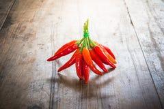 Rode Spaanse peper op een oude houten achtergrond Stock Foto