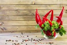 Rode Spaanse peper peper op houten Dichte omhooggaand als achtergrond stock foto's