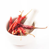 Rode Spaanse peper in witte mortier Rode die Spaanse peper op witte achtergrond wordt geïsoleerd Stock Foto