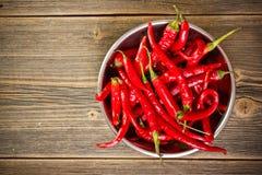 Rode Spaanse peperpeper in kom stock fotografie