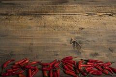 Rode Spaanse peperpeper op een uitstekende plaat, droge Spaanse pepers op houten achtergrond Hoogste mening Exemplaarspase stock foto's