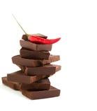 Rode Spaanse peperpeper op stapel donkere chocoladestukken Royalty-vrije Stock Fotografie