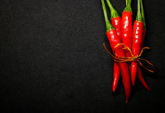 Rode Spaanse peperpeper op zwarte achtergrond, Verse hete Spaanse peperpeper Stock Foto