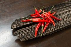 Rode Spaanse pepers op een plank Stock Fotografie