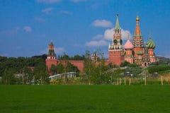 Rode Spasskaya-Toren van Moskou het Kremlin en de Kathedraal van B royalty-vrije stock fotografie