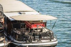 Rode sportscar geparkeerd op het dek van een woonboot op de Zegen, Pa Royalty-vrije Stock Afbeeldingen