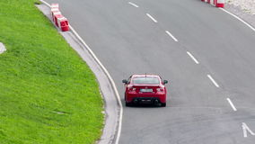 Rode sportwagenaandrijving van het schot stock video