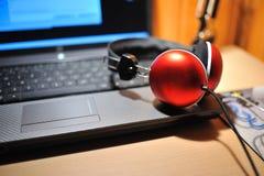 Rode stereohoofdtelefoons Stock Foto's