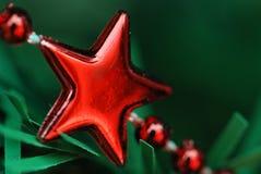 Rode sterren op een koorddecoratie stock foto