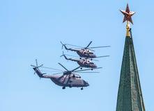 Rode sterren van Moskou het Kremlin en militaire helikopters op de Overwinningsdag Royalty-vrije Stock Foto