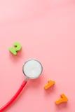 Rode Stethoscoop met 2017 op roze achtergrond Stock Foto's
