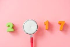 Rode Stethoscoop met 2017 op roze achtergrond Stock Fotografie