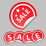 Rode sticker met de tekst van verkoop Grijze achtergrond Royalty-vrije Stock Afbeeldingen