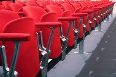 Rode stoel in modern commercieel centrum Royalty-vrije Stock Foto