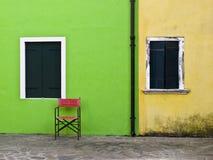 Rode stoel op gekleurde achtergrond Stock Foto's